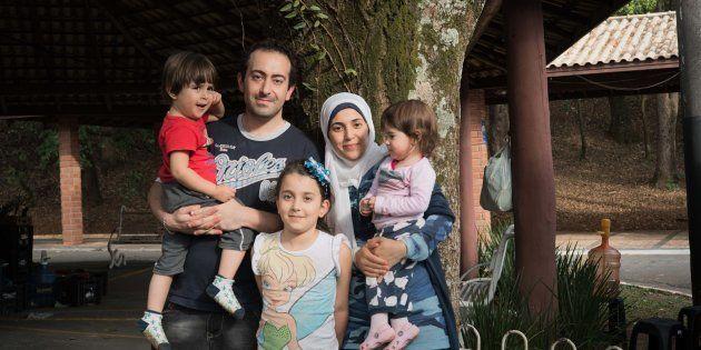 A refugiada síria Salsabil Matouk, com o marido, Salim, e os filhos Jury, Walid e