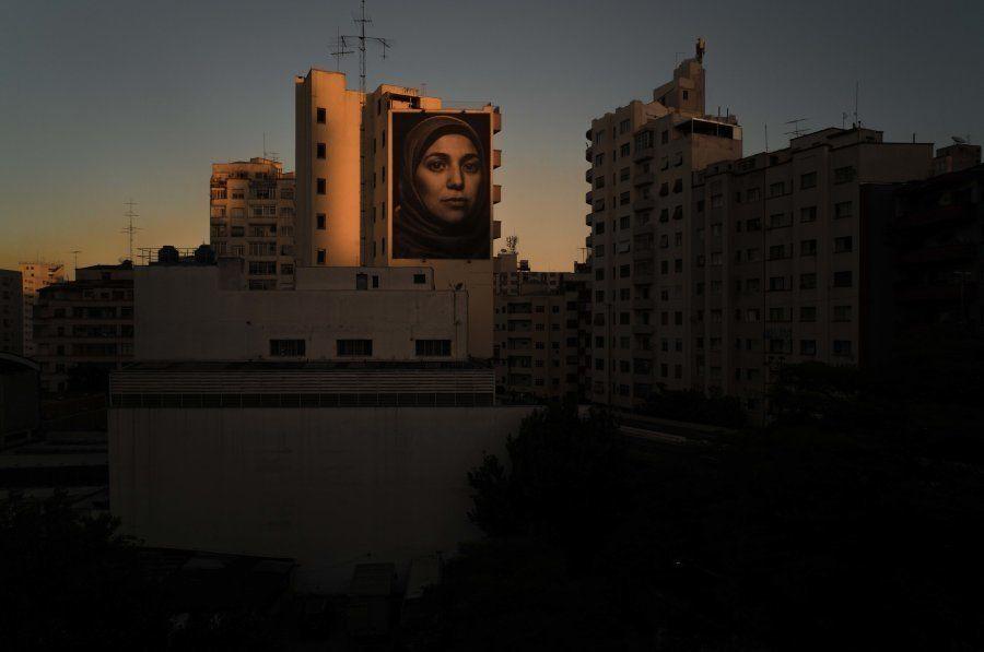 Painel estampa o rosto da refugiada síria Salsabil Matouk no centro de São