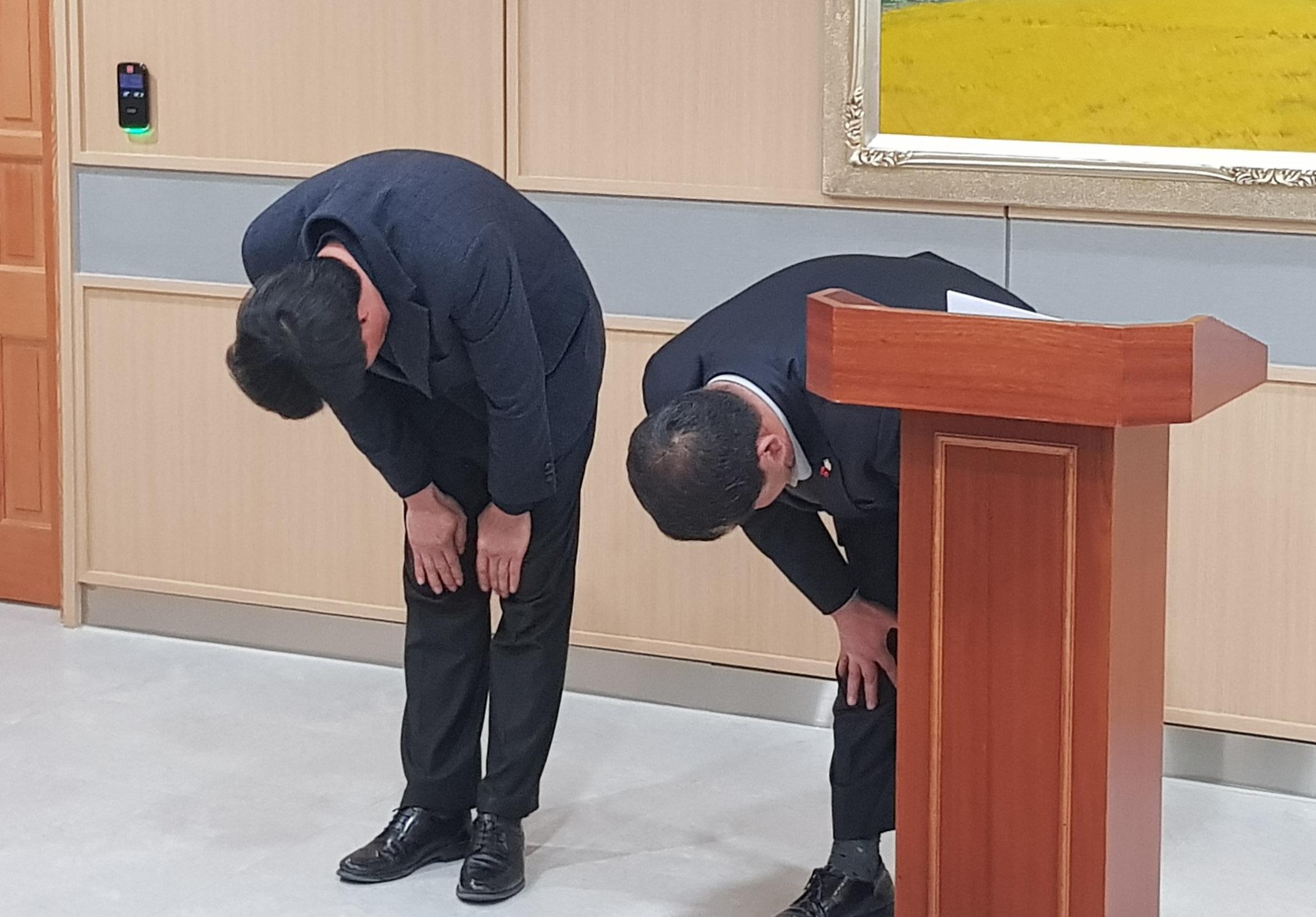 경북 예천군의회 이형식 의장과 박종철 부의장(왼쪽)이 해외연수기간 중 가이드 폭행사건과 관련, 사과문을 발표하고 고개숙여 사죄하고