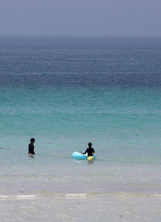 바다가 깨끗할 때인 2018년 7월20일 제주시 김녕해수욕장에서 피서객들이 해수욕을 즐기고