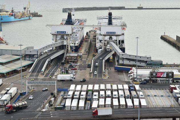 영국 도버 항구의 화물터미널에서 선적을 기다리는