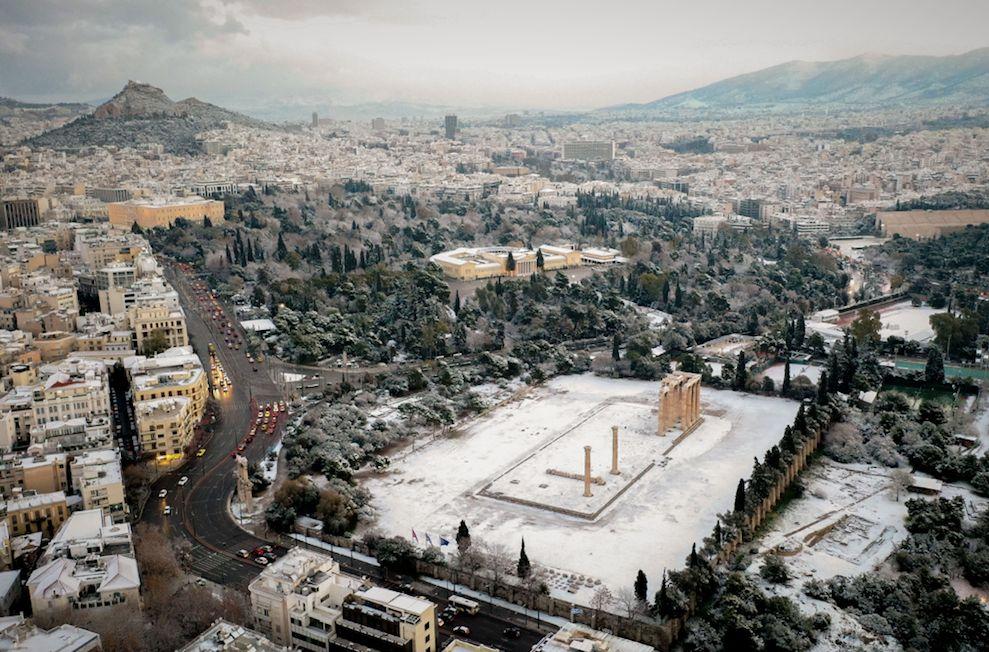 Χιόνια και στην Αθήνα έφερε ο Τηλέμαχος - Κλειστοί δρόμοι, προβλήματα στις μετακινήσεις και διακοπές