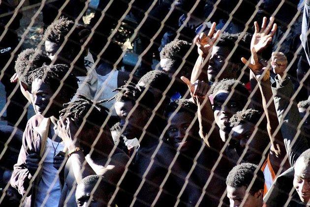 En juillet 2018, des centaines de migrants passaient de force la frontière séparant le...