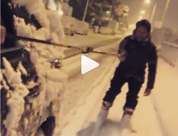Επικίνδυνο ή αστείο; Γνωστός ηθοποιός κάνει σκι στο κέντρο του