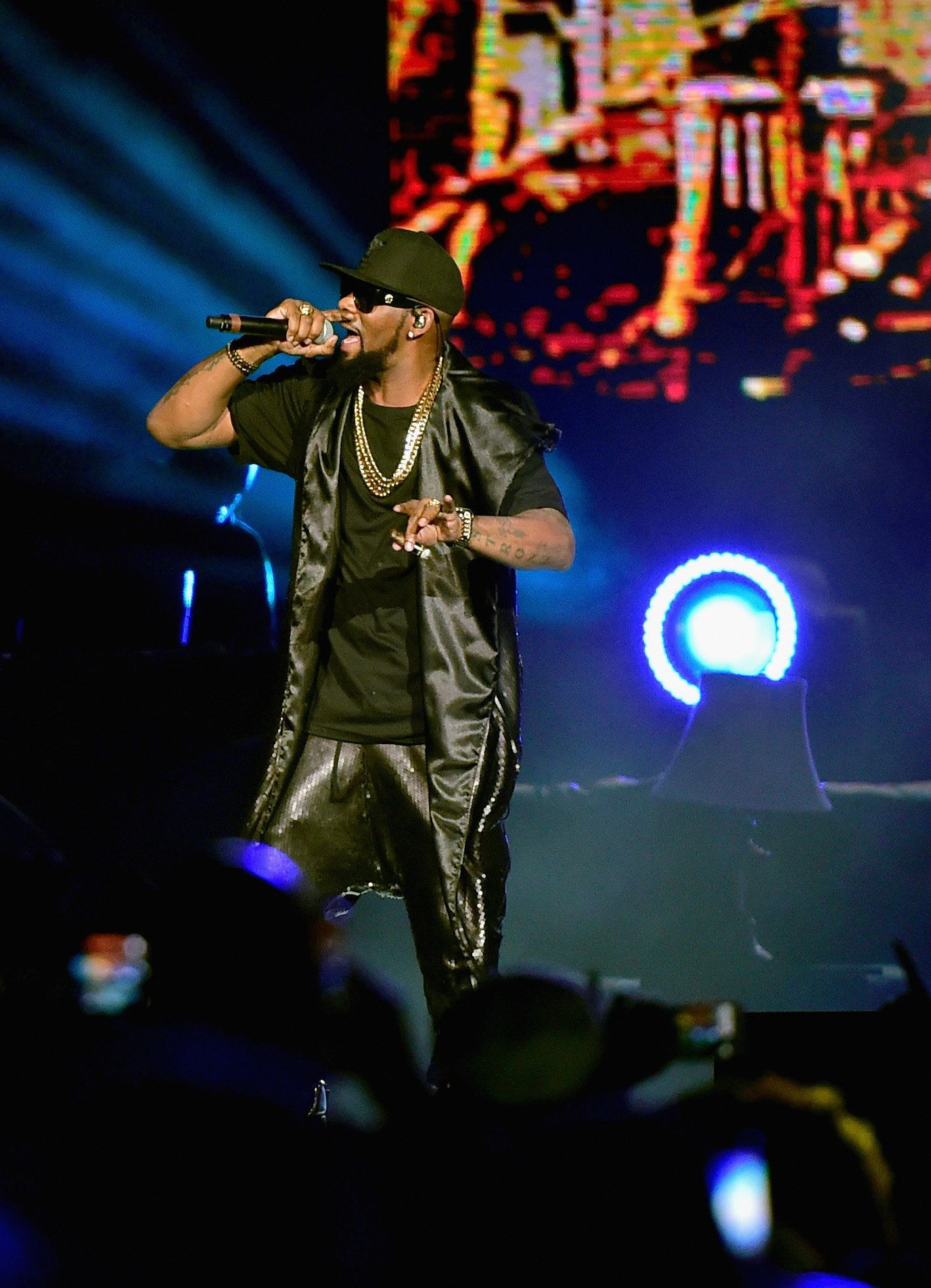 LAS VEGAS, NV - NOVEMBER 07:  Recording artist R. Kelly perfoms onstage during the Soul Train Weekend Concert 2015 at the Mandalay Bay Events Center on November 7, 2015 in Las Vegas, Nevada.  (Photo by Paras Griffin/BET/Getty Images)