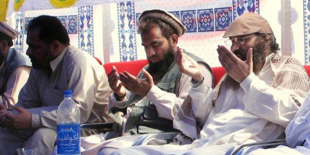 An alleged plotter of Mumbai attacks, Pakistani Zaki-ur-Rehman Lakhvi, center, prays with Syed Salahuddin,...