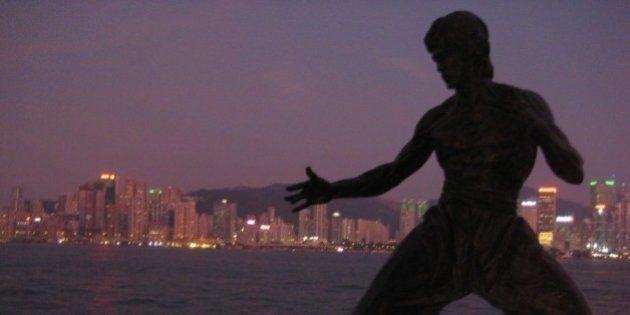 La silueta de Bruce Lee en el Paseo de la Fama en Tsim Sha Tsui, con la isla de Hong Kong al