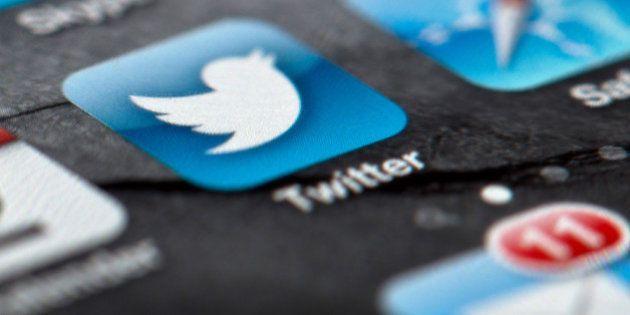 ARCHIVO - En esta foto del 2 de febrero de 2013, se observa el logo de Twitter en la pantalla de un smartphone...
