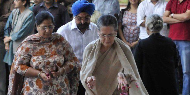 NEW DELHI, INDIA - MARCH 8: Congress president Sonia Gandhi paying her last tributes to Veteran journalist...