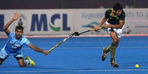 Pakistan hockey player Rizwan Jr. Muhammad (R) vies with India's Thimmaiah Chandanda (L) during the Hero...