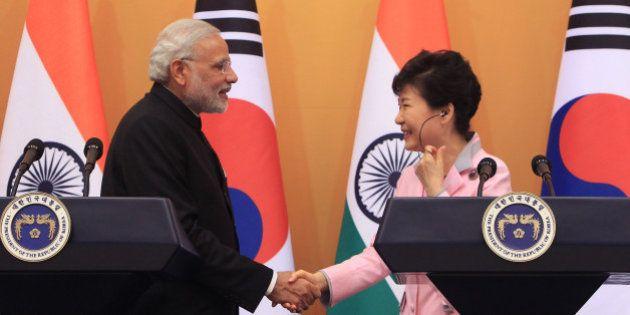 SEOUL, SOUTH KOREA - MAY 18: Indian Prime Minister Narendra Modi (L) and South Korean President Park...