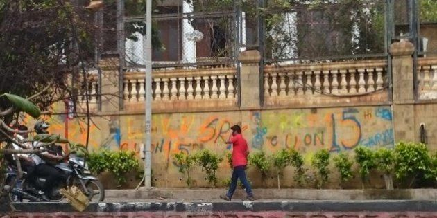 Messing With Mannat: Shah Rukh Khan 'Shocked' After Fan Paints Graffiti On The Walls Of His