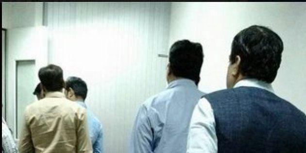 'Aam Aadmi' Neta: Nitin Gadkari Waiting In Queue To Board
