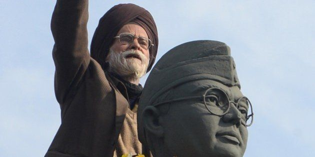 Member of the All India Azad Hind Fauj Freedom-Fighters Successors Association,Santokh Singh (C) gestures...