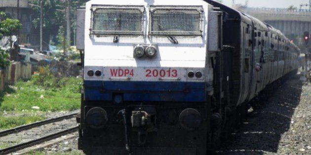 SGUJ based WDP-4 loco - 20013 is skipping Siliguri Town with Delhi bound 14083 (Alipurduar-Delhi) Mahananda...