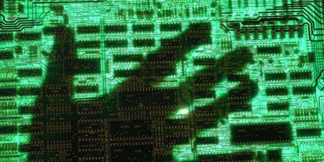 (GERMANY OUT) Symbol Datendiebstahl, Datenklau, Computerkriminalitaet, Phishing - Hand auf einer Computerplatine....