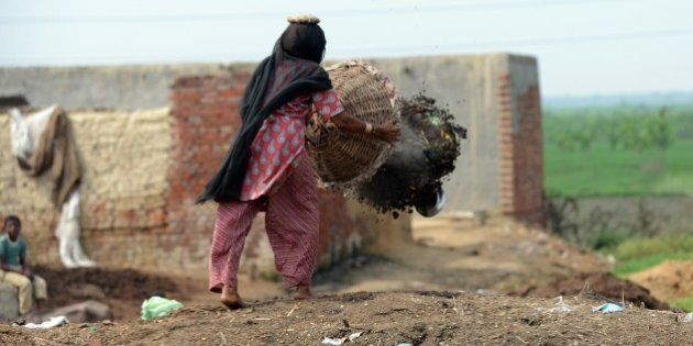 TO GO WITH AFP STORY 'INDIA-HEALTH-POVERTY-SEWAGE-SCAVENGERS' by Adam PlowrightIn this picture taken...