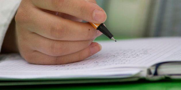 (GERMANY OUT) Hand schreibt in ein Notizbuch (Photo by snapshot-photography/ullstein bild via Getty
