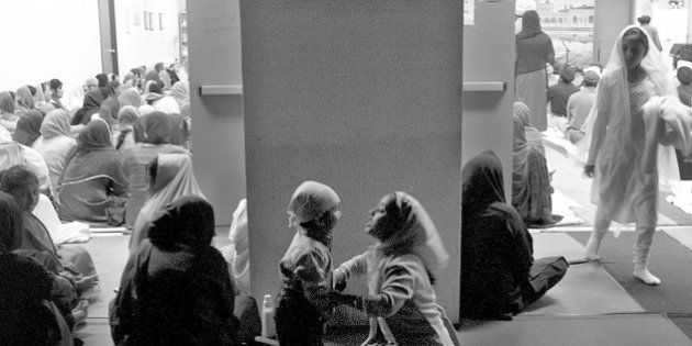 03738.SO.1109.Sikh9.RG –– Hundreds gather for midweek prayers at the Sikh temple in Buena Park. (Photo...