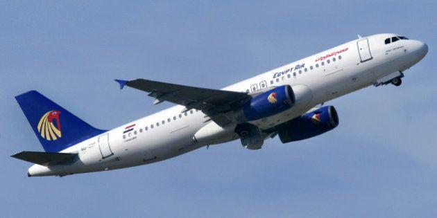 Ein Flugzeug vom Typ Airbus A320-214 der Aegyptischen Fluggesellschaft EgyptAir startet in Duesseldorf...