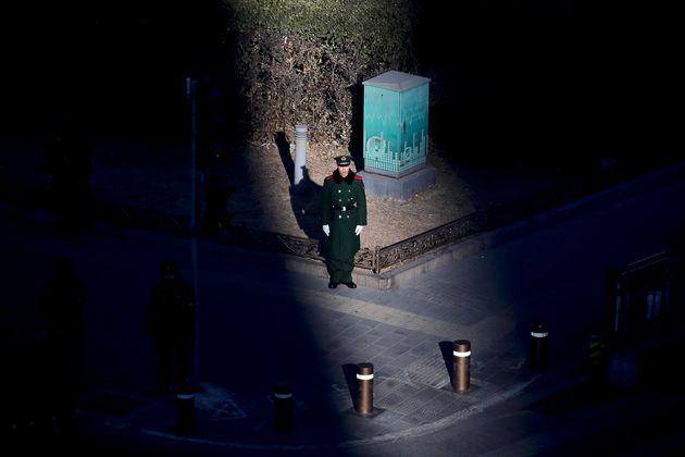 8일 김정은 위원장 일행이 베이징 시내에 도착하기 전 경비를 서는