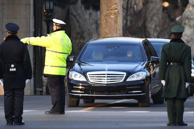 김 위원장이 탑승한 것으로 전용차량이 이날 오전 8시쯤(현지시간) 숙소인 조어대(釣魚台)에서 나오는 모습이 포착됐다. 차량 행렬은 중국 경찰의 삼엄한 경비를 받으며 빠른 속도로