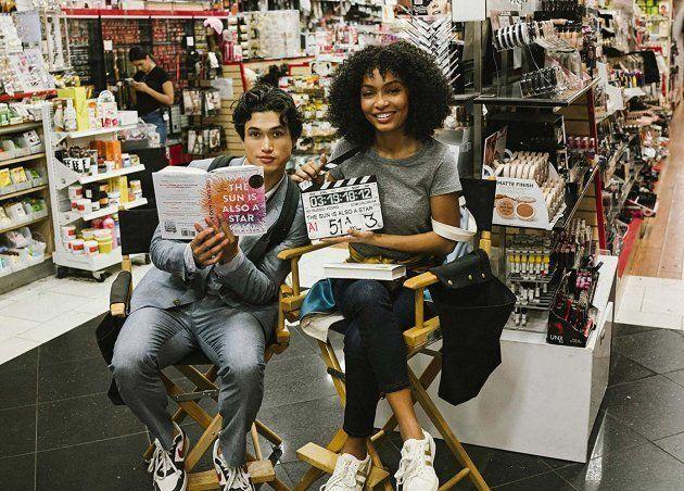 Os atores Charles Melton e Yara Shahidi no set de filmagens de