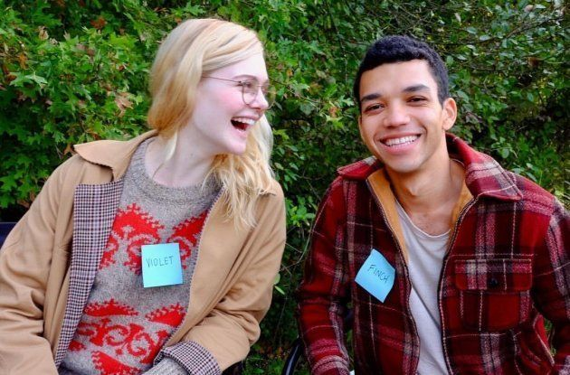 Elle Fanning e Justice Smith em cena do filme