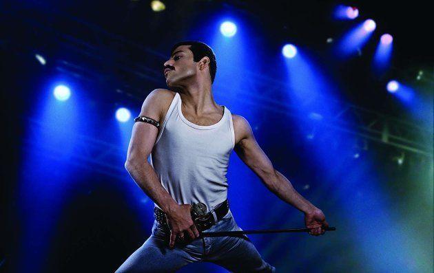 Rami Malek como o cantor Freddie Mercury, líder da banda