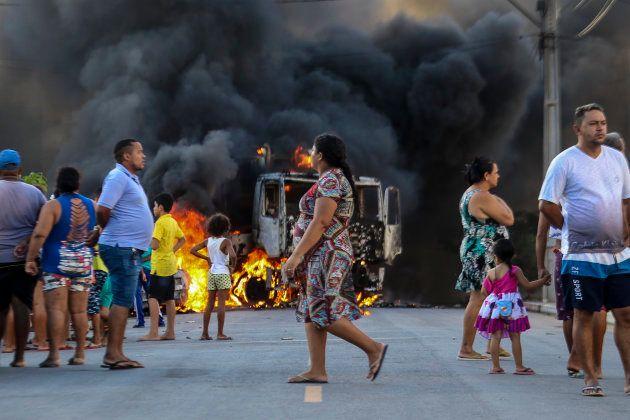 Caminhão é incendiado em Fortaleza. Mais de 150 ataques foram registrados no Ceará desde o dia