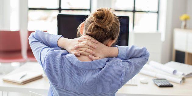 Fique atento à sua postura em frente ao computador, em casa ou no