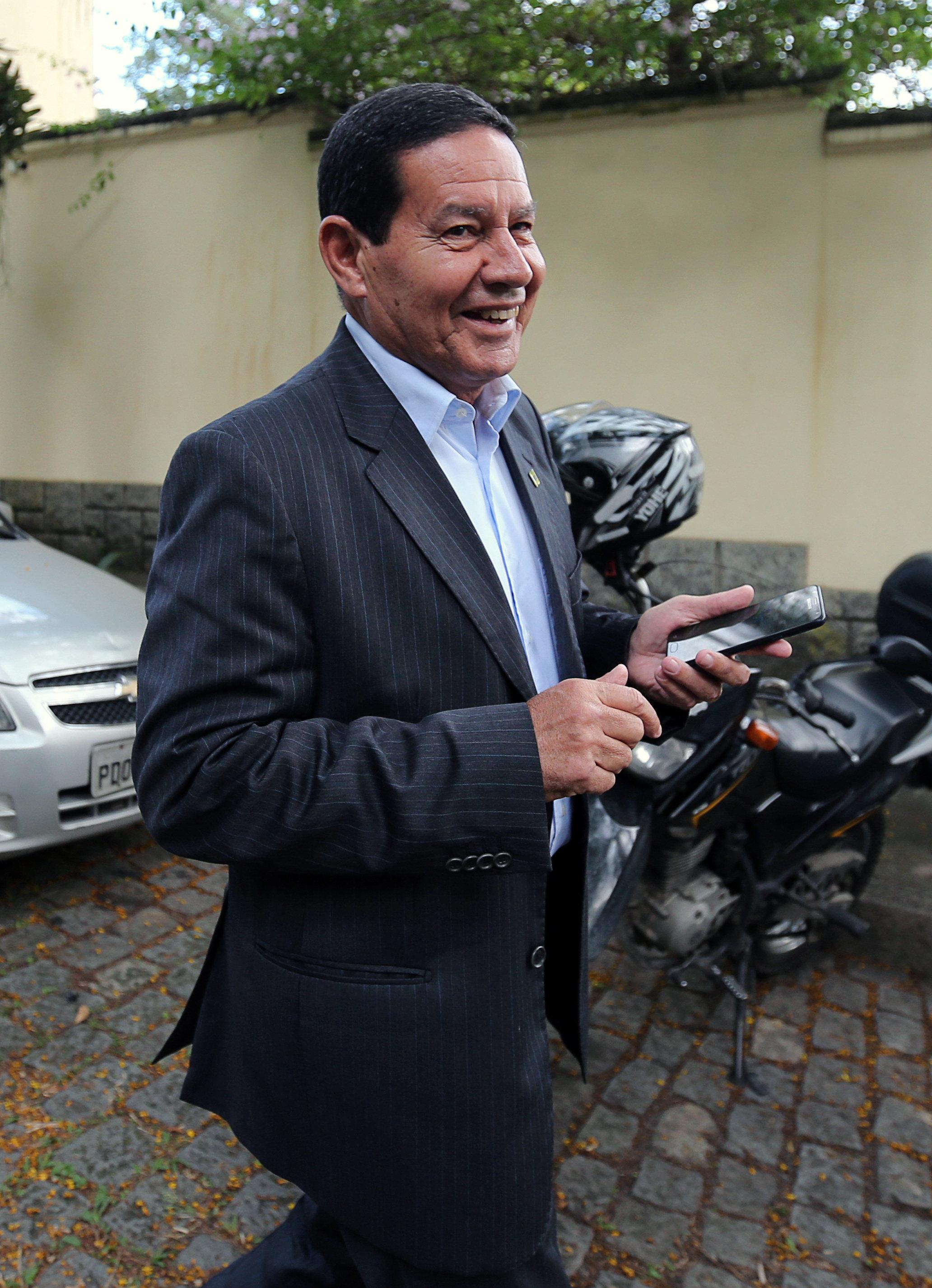 'Competência não era valorizada', diz Mourão sobre filho que teve salário