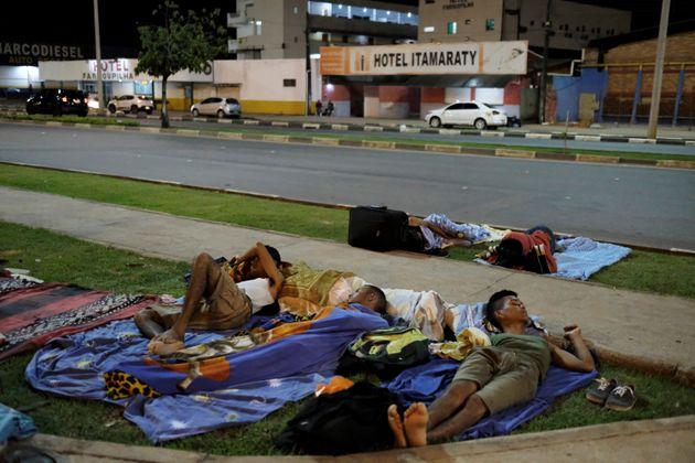 Venezuelanos dormem em rua de Boa Vista, em