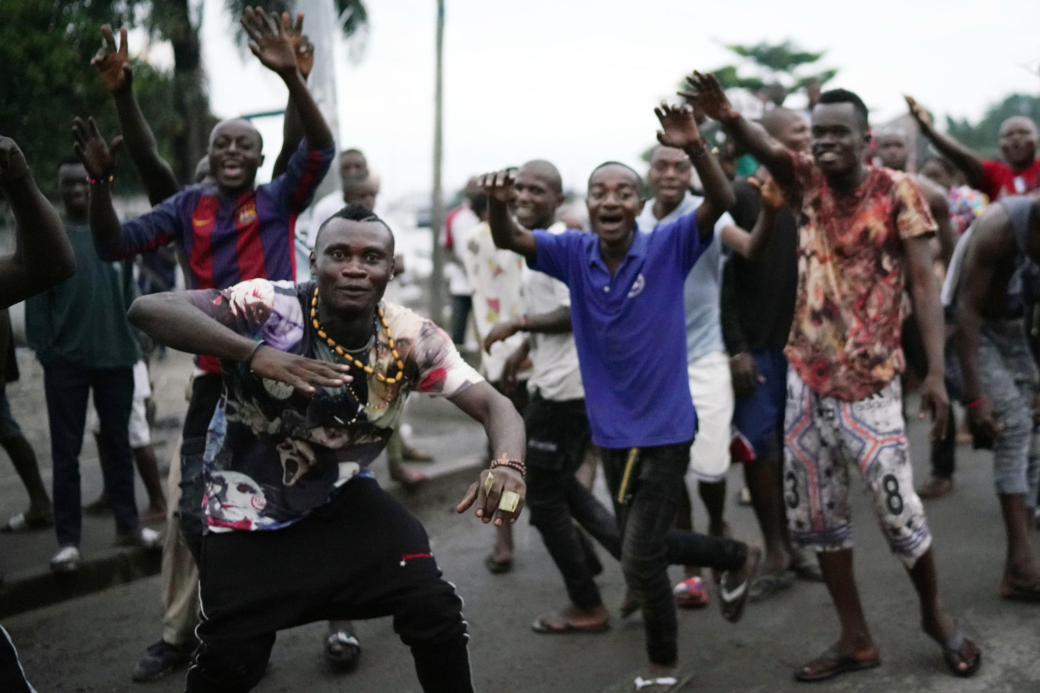10일 민주콩고의 수도 킨샤사 거리에서 시민들이 치세케디의 승리를 축하하고