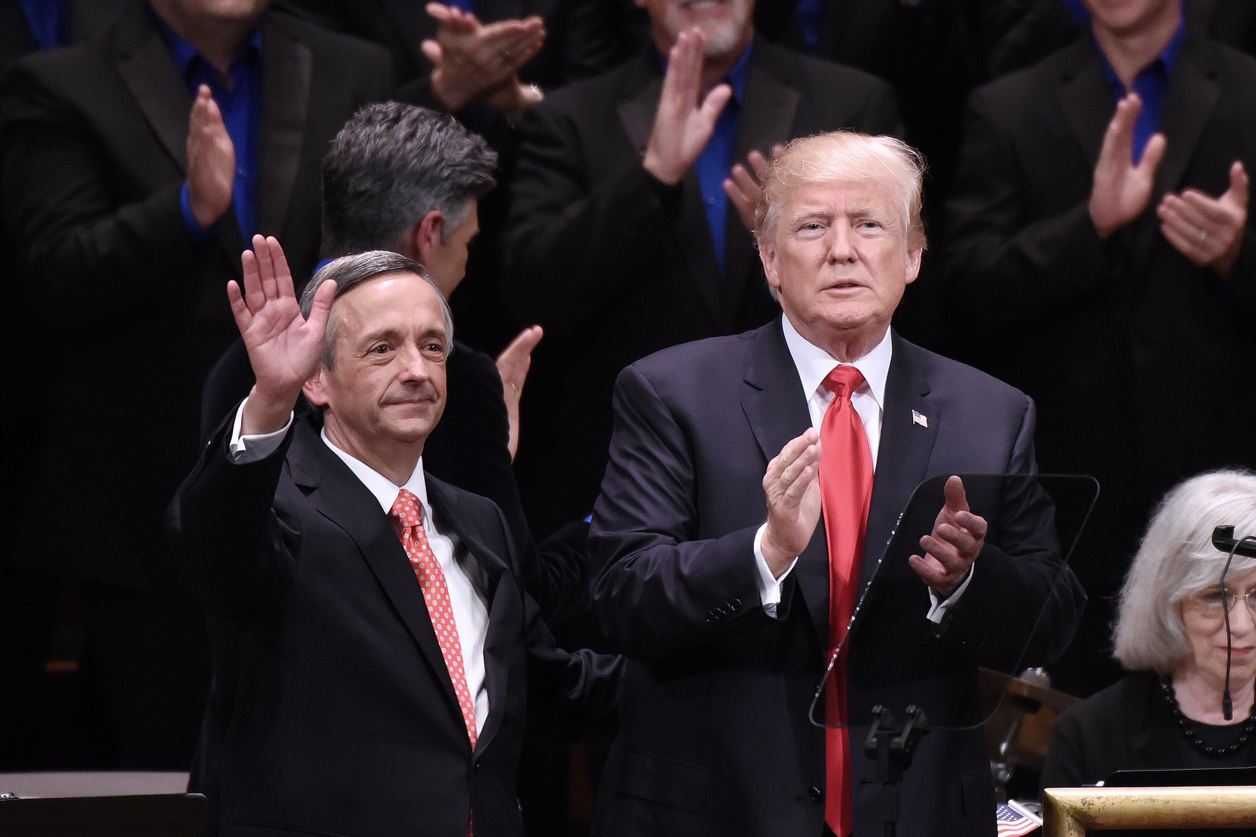 미국 목사가 트럼프를 변호한 논리 : '천국에도 장벽이 있을