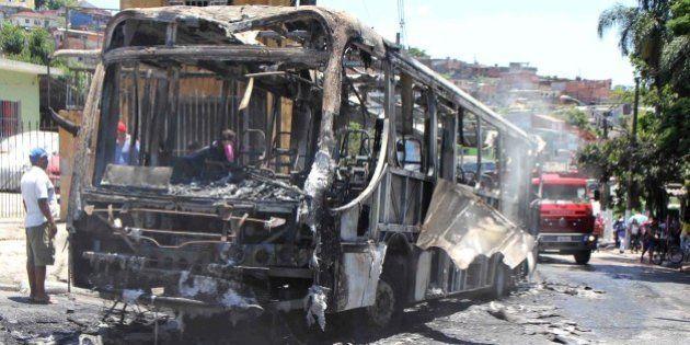 Ônibus é incendiado na Estrada do M'Boi Mirim; é o 30º no mês