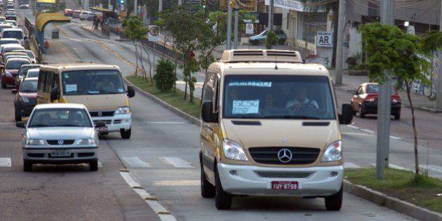 Vans escolares substituem ônibus durante greve em Porto