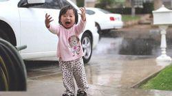ASSISTA: Menina se emociona ao ver a chuva pela primeira