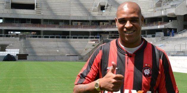 Adriano assina contrato para jogar no