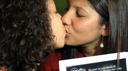 ASSISTA: Beijaço entre mulheres contra Bolsonaro na
