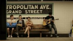 ASSISTA: em Nova Iorque, brasileiro emociona pessoas tocando violão no