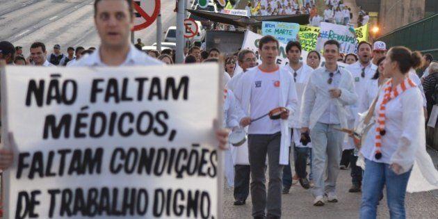 Médicos brasileiros se unem em campanha contra a reeleição de Dilma
