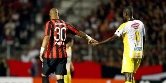 Atlético-PR vence The Strongest e Adriano, mais magro, rouba a