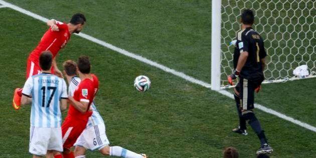 Não foi gol! Jogador da Suíça Džemaili cabeceia e bola bate na trave para sorte da