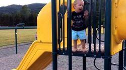 ASSISTA: Garotinho tenta escorregar em poste de brinquedo e...