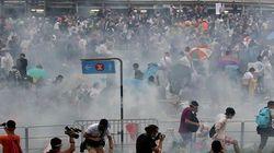 Polícia usa gás lacrimogêneo para dispersar manifestantes pró-democracia em Hong