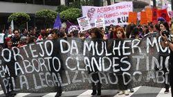 Ato pela descriminalização do aborto reúne 200 pessoas no centro de São