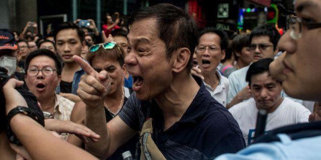 Partidários do regime chinês atacam acampamento do Occupy Central; polícia tenta conter