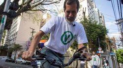 Sempre coerente, ele foi de bike para a sua zona eleitoral em