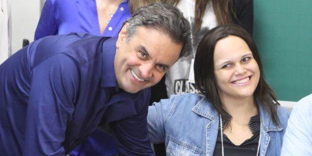 Acompanhado da mulher e de assessores, Aécio vota em escola em Minas